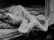 Leichname von Häftlingen in Eisenbahntransportwagons