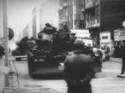Menschenmenge beobachtet: US-Panzer fahren teils mit Vollgas  an Checkpoint Charlie auf.