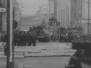 Menschen bringen Besatzungen der sowjetischen Panzer Blumen.